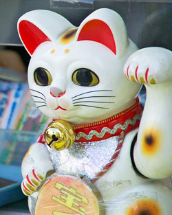 Maneki Neko. Image courtesy of Wikimedia Commons.